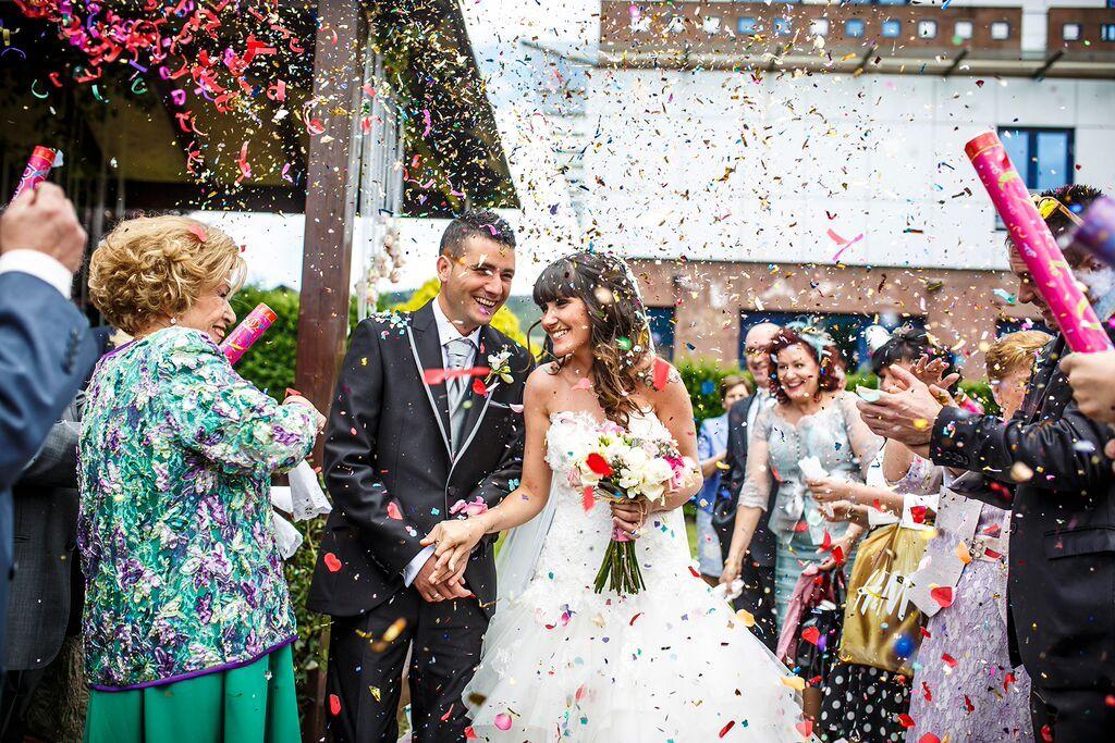 Salida de Patricia y Endika, boda en Aramendi