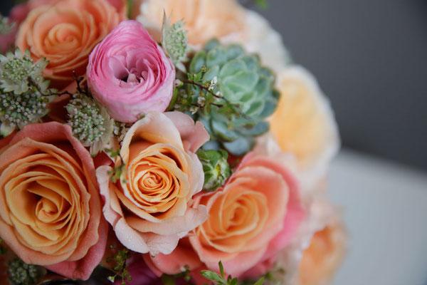 Ramo de novia con crasas, rosas, ranúculos y astrantias