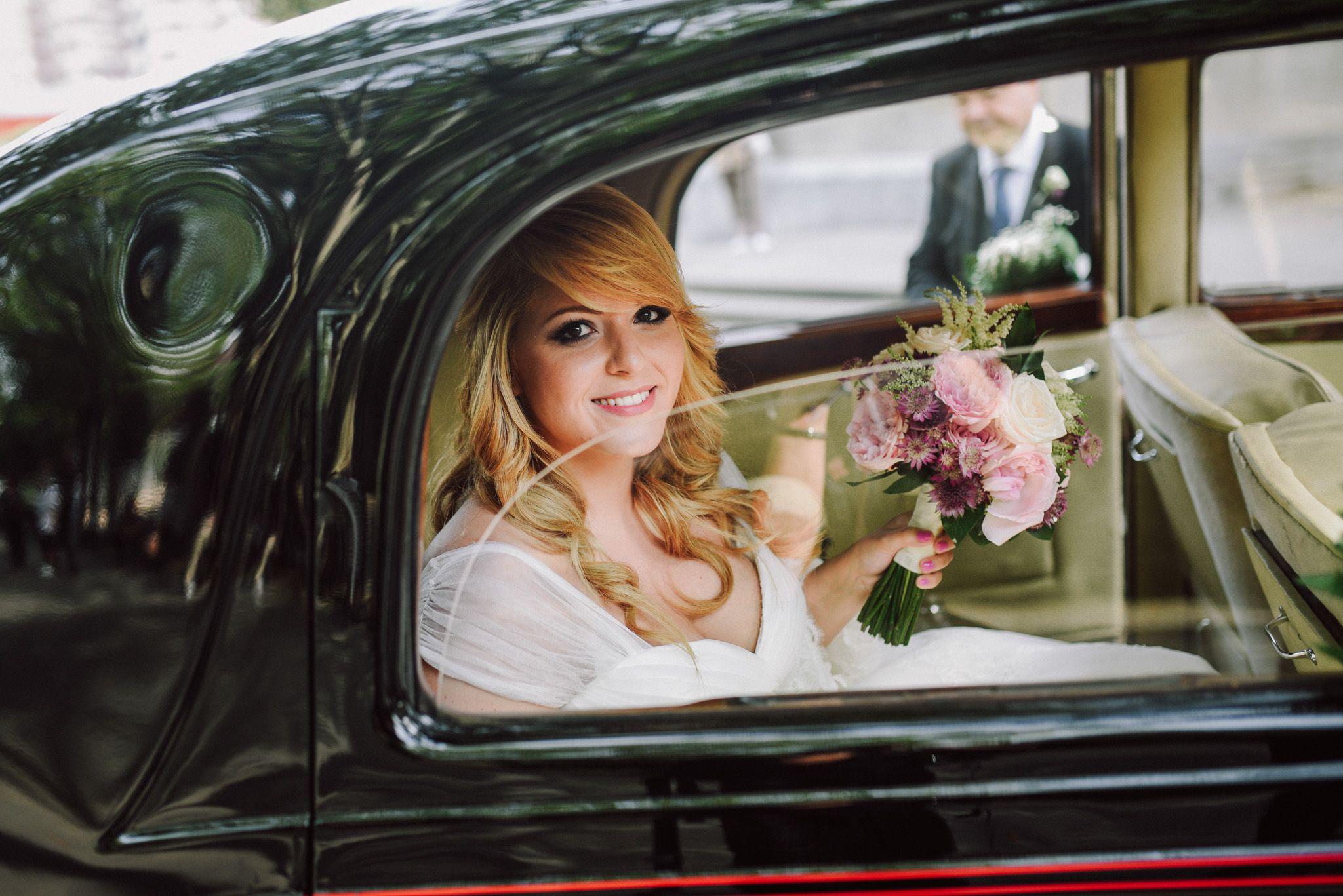 Llegada de la novia a la Basílica de Begoña de Bilbao en Rolls Royce