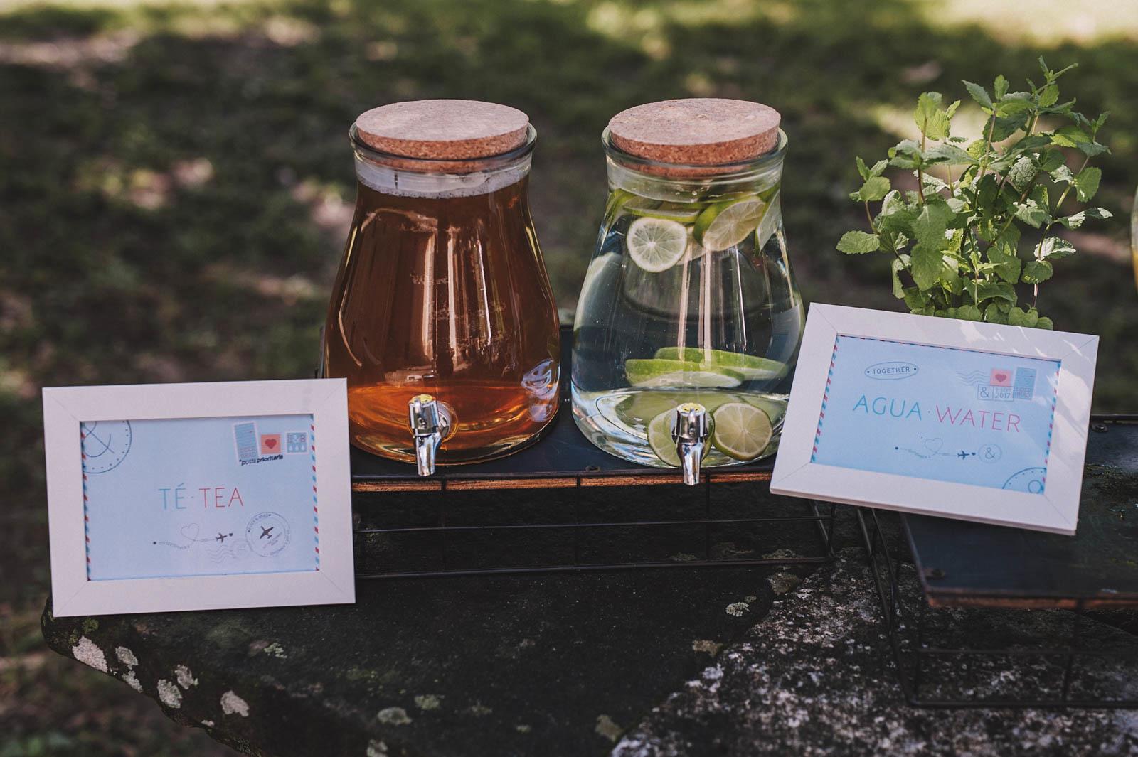 Puesto de limonada, té y agua en la boda de E&B en Garai organizada por Conmemora Wedding Planner