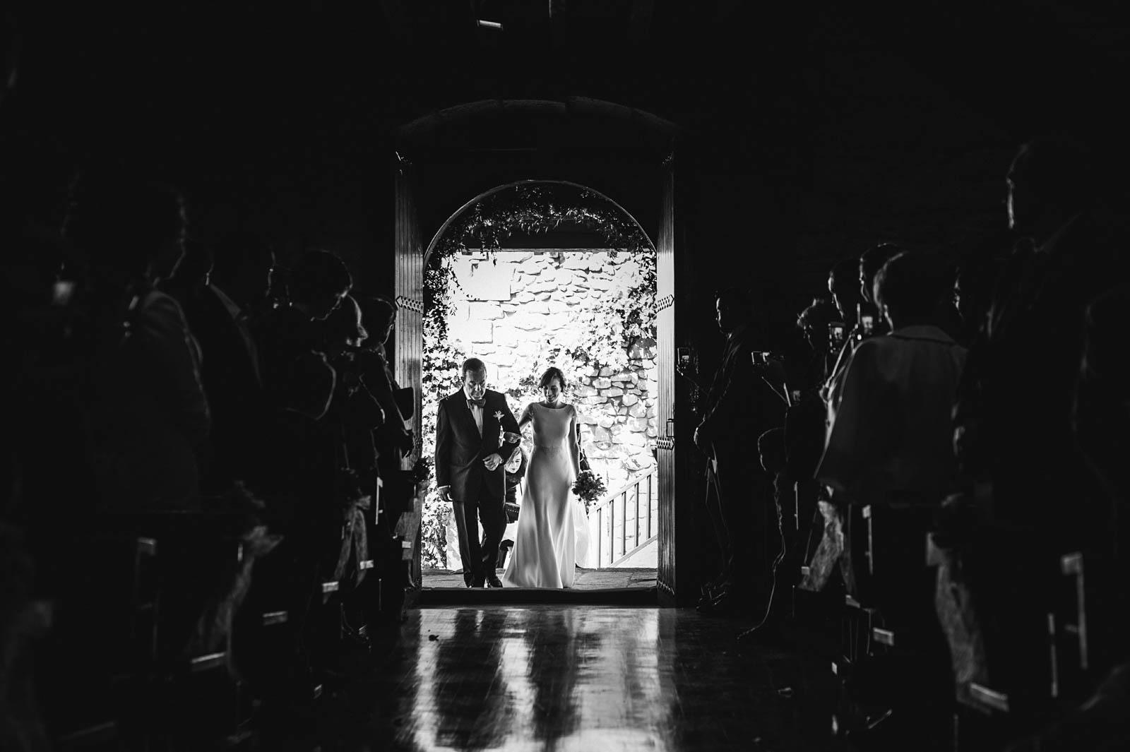 Ceremonia en la iglesia San Miguel de Garai. Boda organizada por Conmemora Wedding Planner