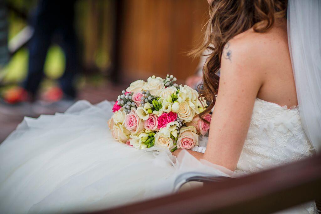 Ramo de novia, rosas, fresias y brunias