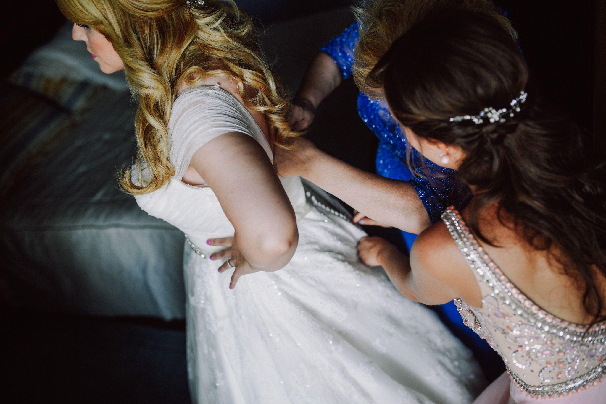 vistiendo a la novia boda bilbao