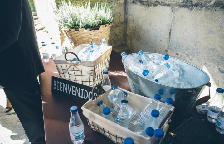 Agua en la entrada de la ceremonia, boda en quejana organizada por Conmemora wedding planner