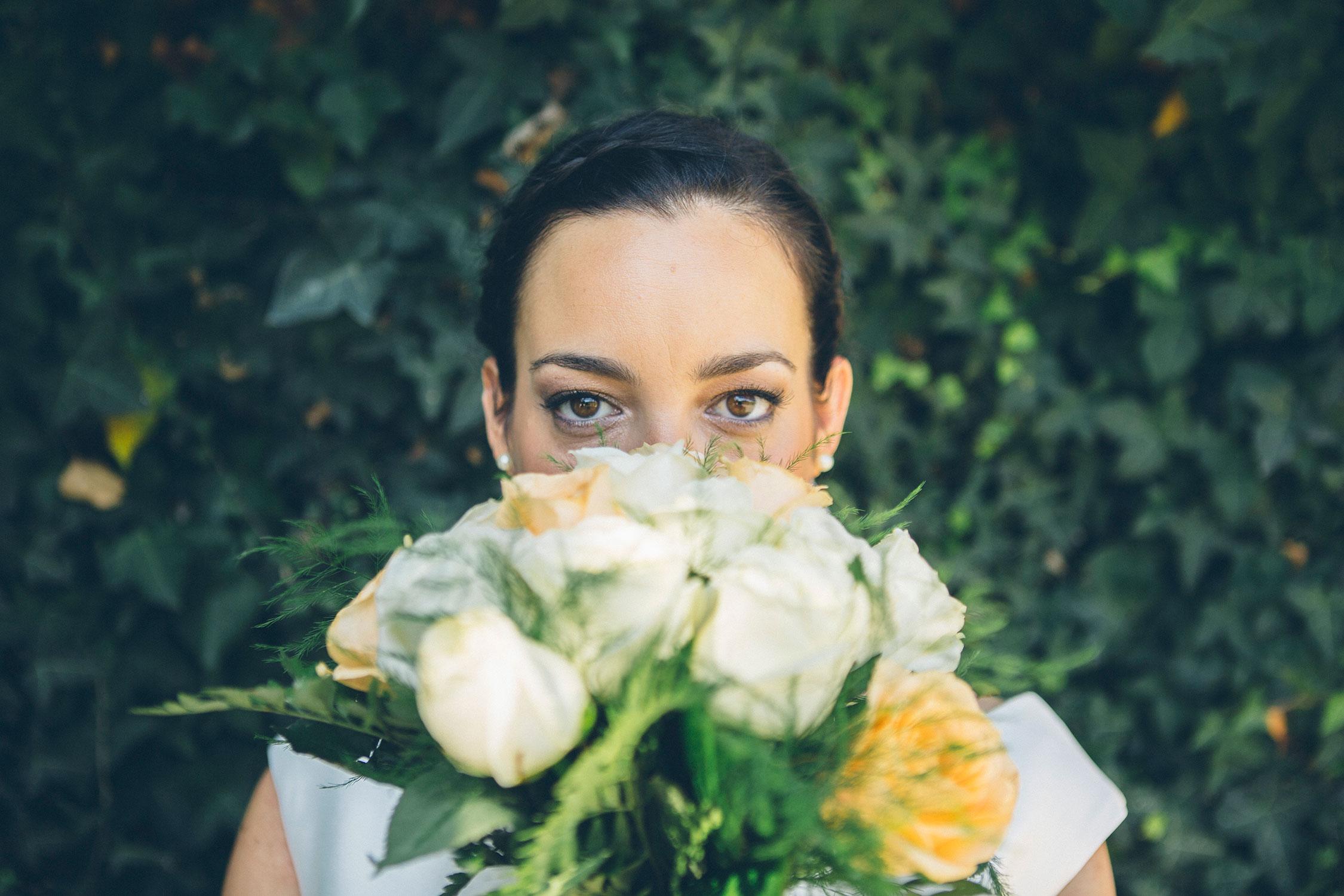 novia con su ramo, boda en quejana organizada por Conmemora