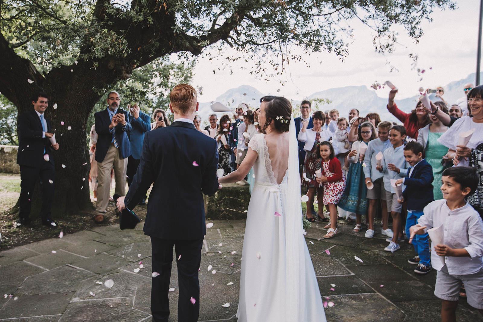 Lluvia de pétalos, San Miguel de Garai. Boda organizada por Conmemora Wedding Planner