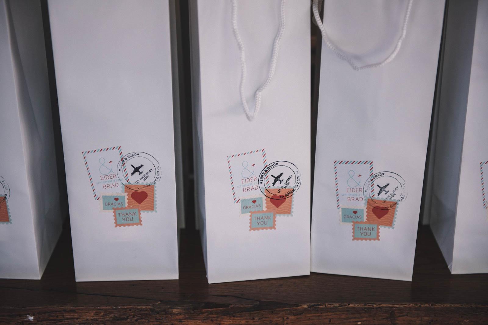 Regalo para invitados a una boda, vino, packaging por Conmemora