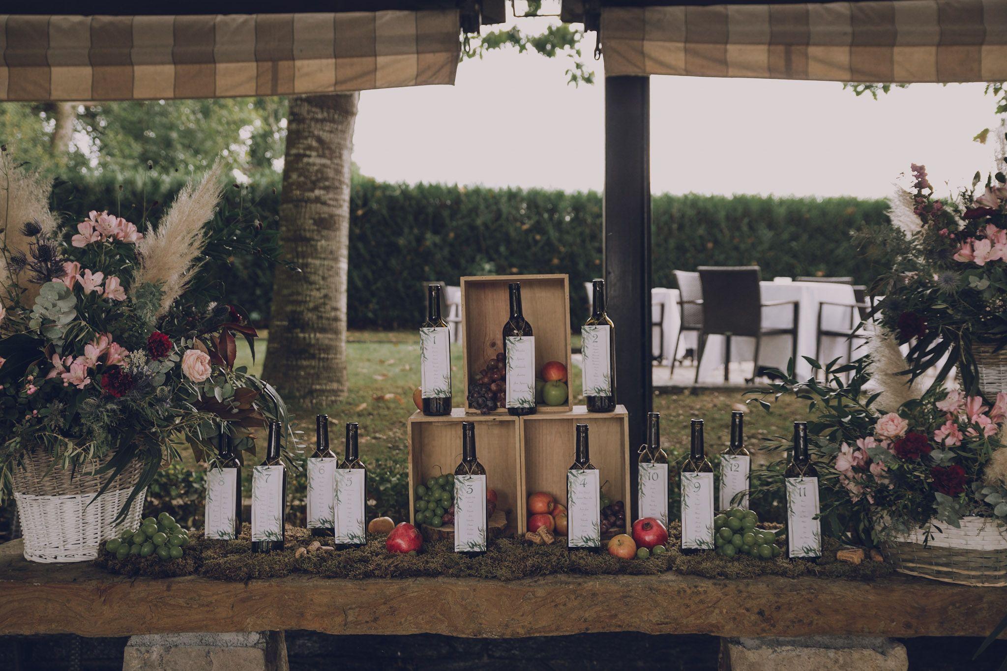 Boda otoñal en Boroa, seating con botellas