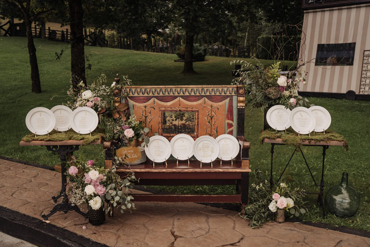 boda seating platos caligrafiados