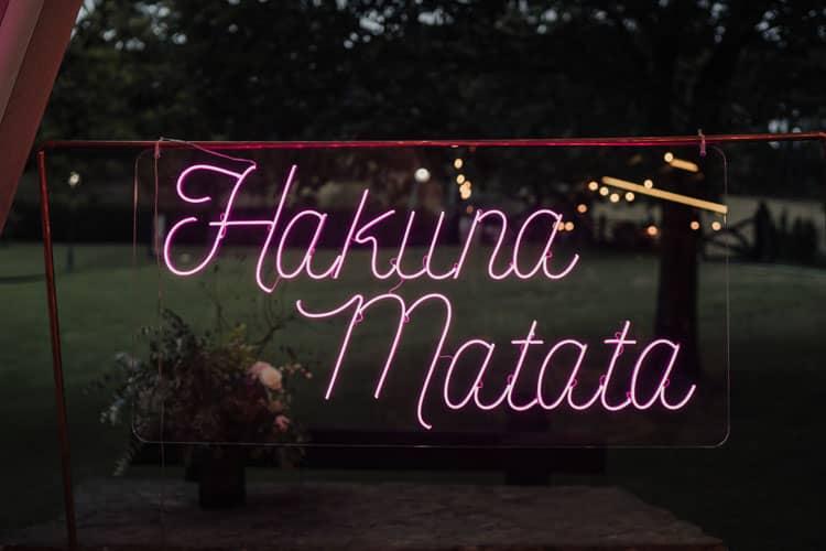 boda neón Hakuna Matata